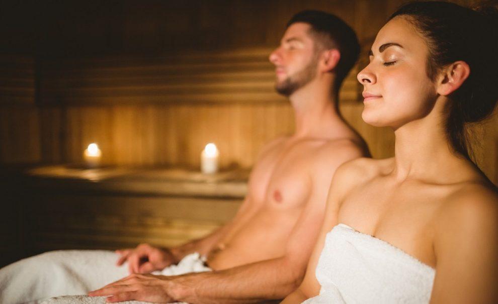 Mann und Frau in einer Sauna