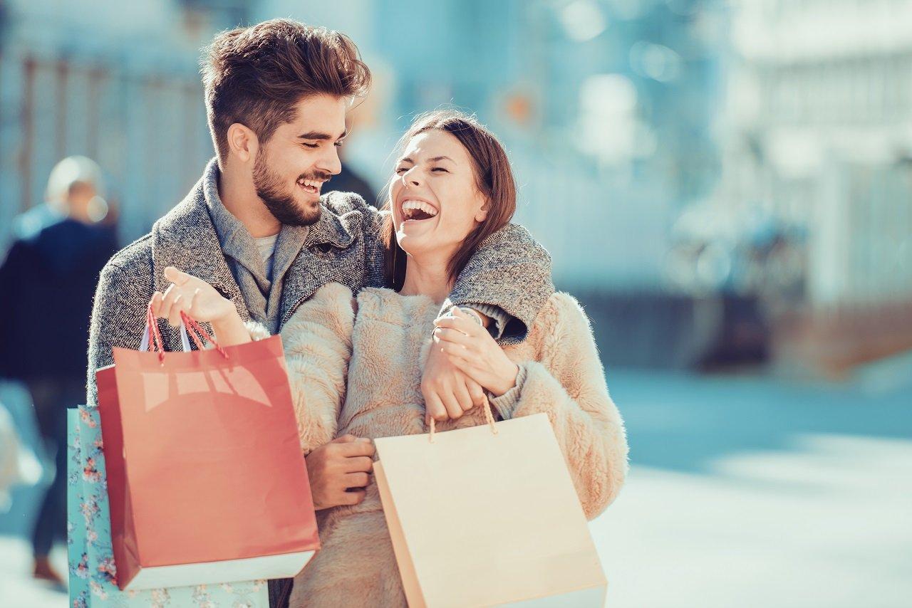 Junges Paar beim Shopping-Ausflug