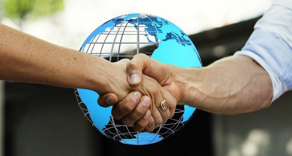 Handschlag vor Globus