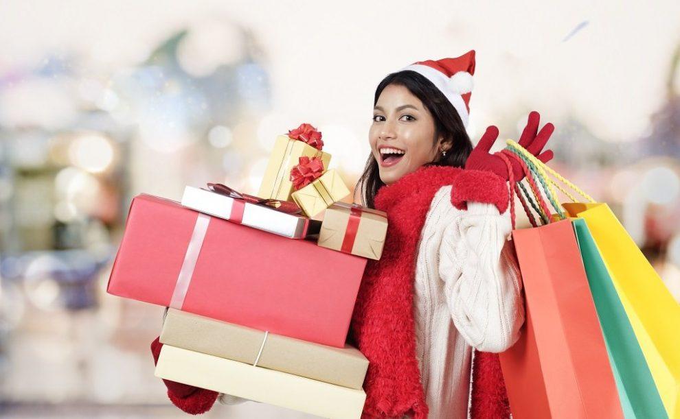 Jünge Frau beim Weihnachtseinkauf