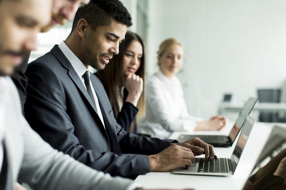 Geschäftsleute während einer Besprechung