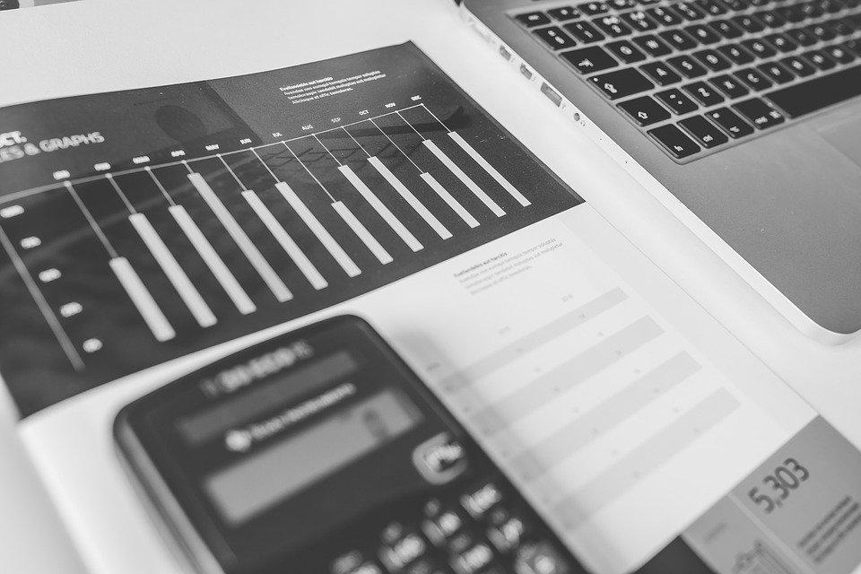 Taschnenrechner, Statistikunterlagen und Computertastatur