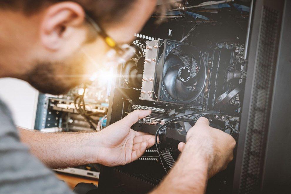 Computertechniker bei der Arbeit